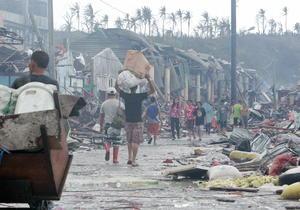 Los funcionarios locales en la isla de Leyte, la más golpeada, dijeron que podría haber 10,000 muertos tan sólo en Tacloban, la capital provincial.
