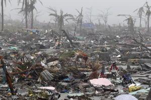 Los cadáveres colgaban de las ramas de los árboles o yacían desperdigados en las aceras y los edificios aplastados, al tiempo que algunos pobladores saqueaban tiendas y gasolineras.