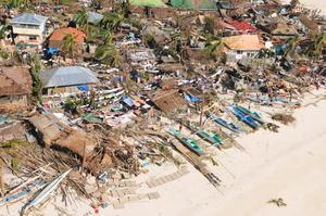 Unas 10,000 personas habrían muerto tan sólo en una ciudad de las Filipinas luego que uno de los peores tifones de que se tenga registro provocó marejadas gigantes que arrastraron viviendas y escuelas.