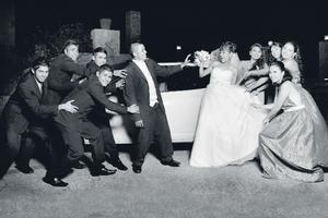 Ing. Miguel Alejandro Zapata Irungaray y Srita. Diana Patricia Moreno Rico, con el cortejo de amigos que los acompañaron hasta el altar, el día de su boda.