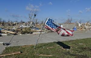Al menos seis personas murieron, más de medio centenar resultaron heridas y centenares perdieron sus hogares a causa de los tornados y tormentas de gran potencia que afectaron el centro de EU el pasado fin de semana, informaron hoy medios locales.
