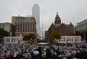 No obstante, la atención de la jornada estuvo centrada en Dallas, donde miles de personas congregadas en la plaza Dealey guardaron un minuto de silencio a las 12:30 hora local (18:30 GMT), en el mismo instante y lugar donde dos disparos acabaron con la vida de Kennedy el 22 de noviembre de 1963.