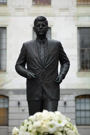 En Boston, la ciudad natal de Kennedy, el gobernador de Massachusetts, Deval Patrick, colocó una ofrenda floral en la estatua construida en su honor.
