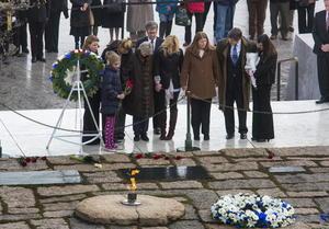 Jean Kennedy Smith, de 85 años y hermana del mandatario, depositó una ofrenda floral en la tumba en compañía de otros miembros del clan familiar. También visitaron el lugar, donde arde una llama eterna, el secretario de Justicia de EU, Eric Holder, y cientos de turistas y curiosos.