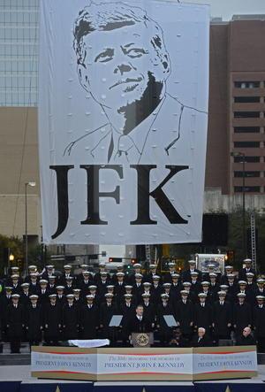 Estados Unidos rindió homenaje al presidente John F. Kennedy, asesinado hace 50 años en Dallas (Texas) y cuya figura, idealizada por la mayoría de los ciudadanos, sigue causando una fascinación alimentada en parte por las variadas teorías de la conspiración acerca de su muerte.