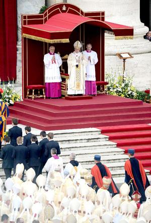 """""""La solemnidad de Cristo Rey del universo, marca también la conclusión del Año de la Fe convocado por el Papa Benedicto XVI, al cual va ahora nuestro pensamiento lleno de afecto y reconocimiento por este don que nos ha dado"""", dijo el Papa en el sermón."""