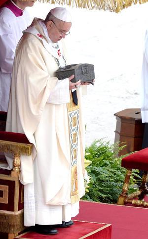 Tras la lectura del evangelio el pontífice la sostuvo en brazos en señal de adoración.
