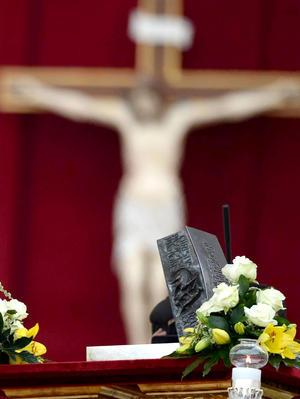 Los restos, encontrados en la tumba de Pedro descubierta bajo el altar mayor de la Basílica Vaticana en la década de 1940, fueron ofrecidos al Papa Pablo VI en 1971 y desde entonces conservados en la capilla del apartamento papal.