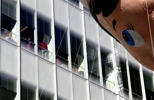 Neoyorquinos disfrutaron también del desfile desde los edificios.