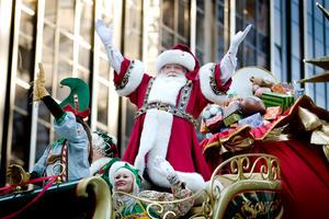 Santa Claus no pudo faltar en el desfile que llenó de alegría a los pequeños asistentes.