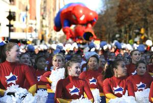 Los 16 grandes globos de helio que representan a personajes de la literatura infantil y los dibujos animados, desfilaron a la mitad de su altura habitual, tirados cada uno por los cables que manejaban un centenar de voluntarios.