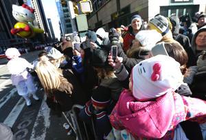 A pesar del frío (unos 0 grados centígrados al inicio), se calcula que más de tres millones de personas presenciaron en las calles de la ciudad el desfile que, retransmitido por la cadena NBC, tiene una audiencia estimada en 50 millones de telespectadores.