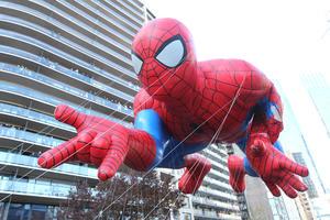 El globo de Spiderman sufrió un pinchazo en una de sus secciones tras tocar la rama de un árbol de Central Park, y acabó el recorrido con su brazo izquierdo totalmente desinflado.