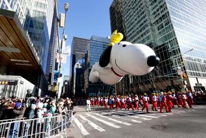 Los enormes globos se elevaron junto con el ánimo de la multitud a medida que el desfile anual de la tienda Macy's por el Día de Acción de Gracias recorría las calles de la ciudad de Nueva York.