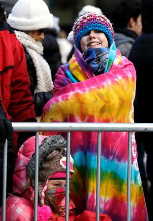 Las multitudes que vitoreaban estaban muy abrigadas contra el frío de un grado centígrado bajo cero, pero el sol brillaba.