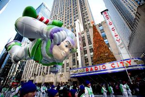 Más de 3.5 millones de personas asistieron hoy a presenciar la edición 87 del tradicional desfile del Día de Acción de Gracias, un espectáculo de cuatro horas en que payasos, bandas musicales y globos gigantes recorren la ciudad de Nueva York.
