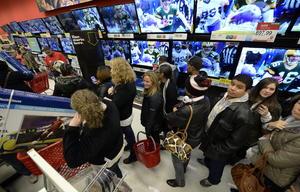 """Millones de estadounidenses se volcaron a centros comerciales del país desde las primeras horas de hoy convocados por las ofertas del llamado """"viernes negro""""."""