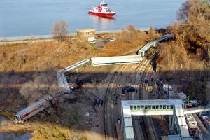 Algunos testigos señalaron a diferentes medios locales que el tren circulaba a mayor velocidad de lo permitido, mientras que el presidente de la MTA, Thomas Prendergast, admitió en una improvisada rueda de prensa que es uno de los motivos que se están investigando.