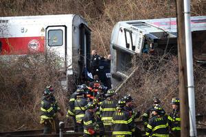 Hasta el lugar del accidente se trasladó un centenar de dotaciones de bomberos, de patrullas de policía y de servicios de emergencia, así como varios helicópteros y embarcaciones para buscar algún pasajero que hubiera podido caer al río Hudson.