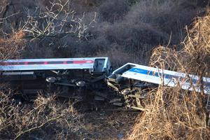 Entre los heridos se encuentran cuatro empleados de Metro North, incluido el maquinista, quien al parecer intentó frenar sin éxito al entrar en una curva muy pronunciada.