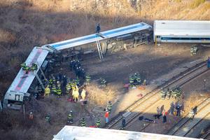 Cinco de los siete vagones descarrilaron a unos 300 metros de la estación de Spuyten Duyvil de la línea Hudson de Metro North, que había salido de Poughkeepsie con destino a Grand Central.