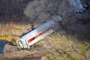 El accidente tuvo lugar a las 07:22 hora local (12:22 GMT) cuando un tren de la red de cercanías Metro North, que une la Gran Manzana con los suburbios de la ciudad, descarriló en una curva pronunciada y cayó a orillas del río Hudson.