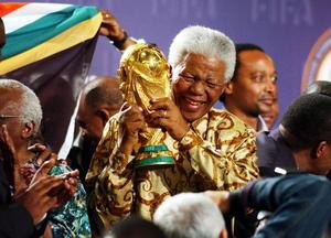 Madiba apareció en público por última vez en la clausura del Mundial de Fútbol de Sudáfrica de 2010. Su popularidad estuvo siempre acompañada de un acoso mediático que duró hasta sus últimos días de vida, con legiones de periodistas acampados, ante el hospital de Pretoria en el que estuvo internado el expresidente y ante su casa, para dar la noticia de su muerte.