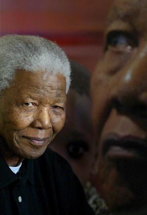 """Aunque el exmandatario dejó la política, siguió en la vida pública como mediador internacional y promotor de causas solidarias de su Fundación y el Fondo de la Lucha contra el Sida, pero su salud se resentía y en 2001 le diagnosticaron un cáncer de próstata. En 2004, Mandela anunció su retirada definitiva de la vida pública. """"No me llamen -advirtió a la prensa-, ya les llamo yo""""."""