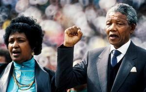 Tras un lustro en el Gobierno, el primer presidente negro de Sudáfrica dejó el cargo en 1999 y se retiró de la vida política. Un año antes, Mandela se había casado con Graça Machel, viuda del presidente mozambiqueño Samora Machel, tras divorciarse de Winnie.