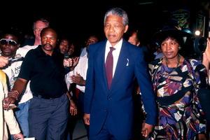 """En 1993, Mandela y De Klerk fueron galardonados con el Premio Nobel de la Paz por facilitar la liquidación pacífica del """"apartheid"""" y la reconciliación del país. Ya en 1994, Madiba hizo historia al ser elegido presidente en las primeras elecciones multirraciales de Sudáfrica."""