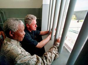 En 1962, fue detenido y condenado a cinco años de cárcel por abandonar ilegalmente el país e incitar a la huelga. Semanas después, las autoridades desmantelaron el centro de operaciones del CNA y comenzó el Juicio de Rivonia, en el que le condenaron a cadena perpetua por sabotaje en 1964.