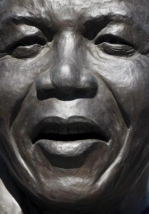 A partir de ahí, Mandela actuó desde la clandestinidad y, pese a abrazar la idea de resistencia pacífica del líder indio Mahatma Gandhi, radicalizó su postura, creó el brazo armado del CNA y viajó por África con el fin de recibir entrenamiento y captar fondos.