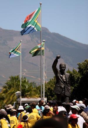 """En 1952, Mandela abrió con su correligionario Oliver Tambo el primer bufete de abogados negros de Sudáfrica, a la vez que se inició en las primeras protestas contra el """"apartheid"""", régimen de segregación racial instaurado por la minoría blanca en 1949. Luego, cada vez más entregado a la lucha antirracista, en 1956 fue acusado de alta traición por un supuesto intento de golpe de Estado."""