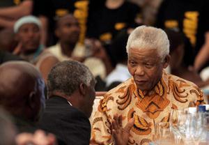 Su largo y tortuoso camino hacia la libertad de Sudáfrica empezó en la aldea de Mvezo (este), donde Rolihlahla Mandela (el nombre de Nelson se lo dio más tarde una maestra) nació el 18 de julio de 1918. Tras una disputa de su padre, un líder tribal, con las autoridades, el pequeño Mandela se trasladó a la vecina localidad de Qunu, donde pasó su infancia cuidando ganado.