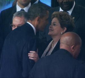 """Rousseff, por su parte, destacó que Mandela, """"la personalidad más extraordinaria del siglo XX"""", fue quien """"inspiró la lucha civil en Brasil y América del Sur"""". """"La lucha de Mandela -remarcó- fue un modelo no sólo para este continente, sino para otros. Madiba es un ejemplo y una referencia para todos nosotros"""", dijo."""
