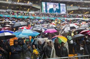 """El presidente de EU criticó que, en contra del legado de Mandela, todavía haya niños sufriendo de hambre, escuelas cerradas, gente perseguida por sus ideas políticas en el mundo. """"Cuando la noche es más oscura, pensemos en Madiba"""", dijo."""