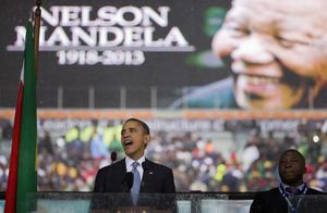 """Muy ovacionado, Obama quiso agradecer a los sudafricanos que compartieran con el mundo a Mandela, """"el último libertador del siglo XX"""", que """"nos enseñó que nada es imposible...hasta que está hecho. (...) Sudáfrica nos enseñó que podemos elegir un mundo donde no haya conflicto, sino justicia y paz"""", subrayó."""