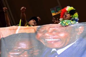 La ceremonia comenzó con el himno nacional sudafricano a las 11:58 hora local (09:58 GMT), con una hora de retraso debido al gran número de mandatarios que han querido despedirse de Mandela.