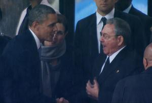 El espíritu conciliador de Mandela pareció estar presente cuando Obama, al dirigirse al estrado, le estrechó la mano al presidente de Cuba, Raúl Castro, en un gesto sin precedentes entre los líderes de dos naciones en conflicto desde hace décadas.
