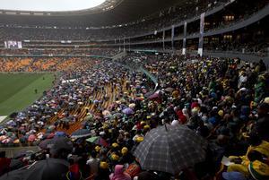 A pesar de la intensa lluvia que cae sobre Johannesburgo, decenas de miles de sudafricanos acudieron al estadio para despedir a Madiba, como se conoce a Mandela en su país, en un evento en el que junto a las alocuciones no faltaron los bailes y las canciones para recordar su extraordinaria personalidad.