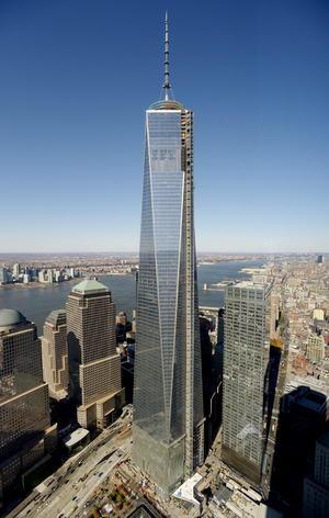 10 de mayo. Récord | El One World Trade Center de Nueva York, el edificio levantado sobre los restos de las Torres Gemelas tras los atentados del 11-S, se convierte en el rascacielos más alto del hemisferio occidental al alcanzar los 541.3 metros de altura.