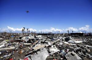 7 de noviembre. Tragedia |  El super tifón Haiyan toca tierra en Filipinas. Durante los dos días siguientes causaría la destrucción de gran parte del país, dejando un saldo de más de cinco mil fallecidos.