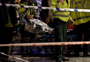 """Los Servicios de Ambulancias de Londres dijeron que han atendido a 81 """"heridos caminantes"""" y a otros siete pacientes con lesiones de mayor gravedad tras el colapso."""