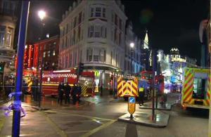Las autoridades informaron que recibieron una llamada alrededor de las 8:15 p.m. (20:15 GMT) para reportar el colapso del techo en el Teatro Apollo, de la avenida Shaftsbury, en el centro de Londres.