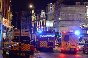 Más de 80 personas resultaron heridas, siete de ellas de gravedad, por un derrumbe parcial del Teatro Apollo en Londres durante una función repleta en lo álgido de la temporada navideña.
