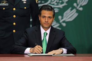 Tras las participaciones de personalidades de la política, Peña Nieto suscribió el documento a las 13:10 horas.