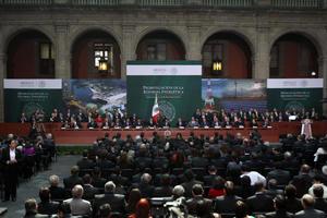 La iniciativa, anunciada en agosto pasado, fue aprobada la semana pasada por el Congreso en medio de fuertes debates políticos por la oposición de la izquierda mexicana, que está en contra de la entrada de capital privado en la explotación del petróleo y de gas.