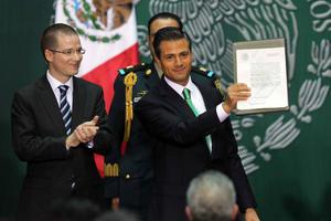 El presidente mexicano, Enrique Peña Nieto, promulgó la reforma constitucional en materia energética, que permite la participación de empresas privadas en la explotación de hidrocarburos por primera vez desde 1938.