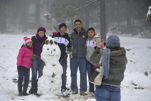Familias han aprovechado para acudir a disfrutar de la nieve en Arteaga.