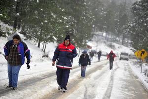 La Dirección Estatal de Protección Civil informó que debido a la acumulación del hielo sobre el pavimento, se realizaron varios cierres preventivos en el camino que conduce al ejido de San Antonio de las Alazanas, del municipio de Arteaga.
